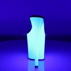 Zuecos de plataforma alta en neón que se iluminan con luz ultravioleta